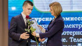 Ирина Старовойтова награждает одного из лауреатов - Виталия Кузнецова. Фото БГУИР