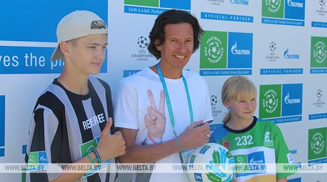 Алексей Смертин с юными футболистами