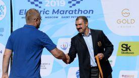 Исполняющий обязанности первого вице-президента НОК Беларуси Виктор Лукашенко награждает призеров маршрута Брест-Минск