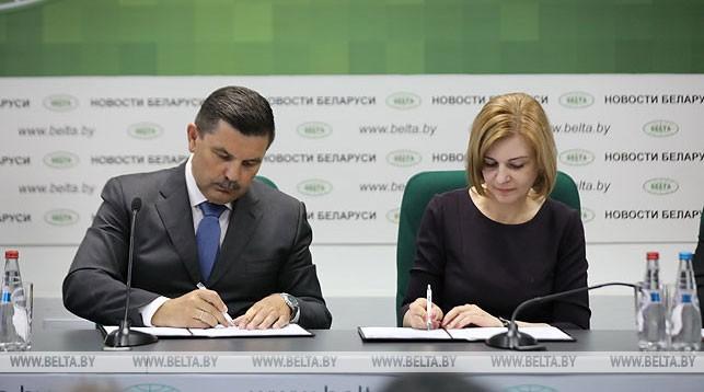 Владимир Карпович и Ирина Старовойтова во время подписания