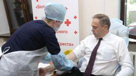 Владимир Караник во время благотворительной акции