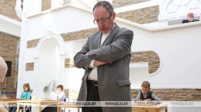 Борис Гельфанд во время сеанса одновременной игры. Фото из архива