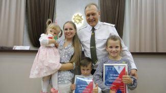 Министр по чрезвычайным ситуациям Владимир Ващенко с юными участниками викторины