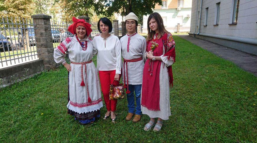 Участники курсов в национальных белорусских костюмах