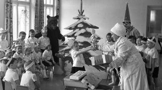 Раздача подарков на проводах зимы в саду-яслях №22 Бреста, 22 февраля 1967 г.