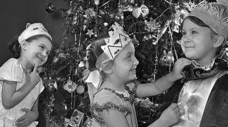 Воспитанники детского сада №31 Минска Галя Стэсик, Лариса Свиридович и Галя Генгералова готовятся к новогоднему утреннику, 28 декабря 1961 г.