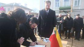 Андрюс Пулокас подписывает послание к потомкам