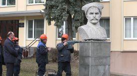 Специалисты УЖРЭП Ленинского района Гродно демонтируют бюст Василия Чапаева