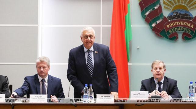 Михаил Мясникович (в центре)