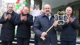 Символический ключ в руках главного врача Витебской городской центральной поликлиники Станислава Титовича