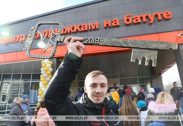 Символический ключ в руках олимпийского чемпиона по прыжкам на батуте Владислава Гончарова