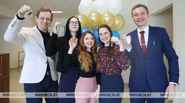 Студенты Белорусской государственной академии музыки с ключами от комнат