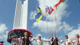 Во время праздника у Монумента дружбы. Фото из архива