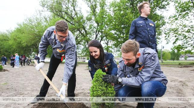 Во время закладки аллеи в честь 75-летия освобождения Беларуси от немецко-фашистских захватчиков