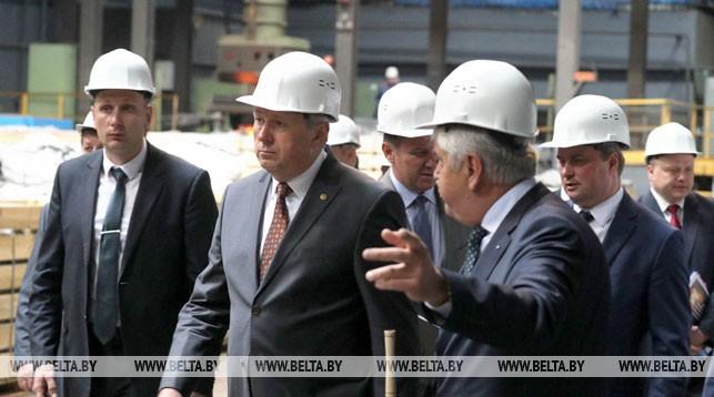 Сергей Румас во время посещения предприятия
