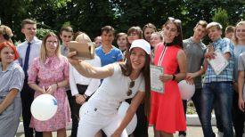 Дарья Домрачева фотографируется с учащимися колледжа