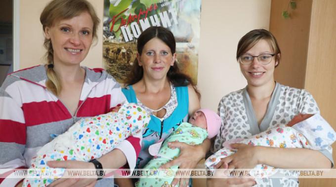 Мамы Наталия Немиро, Ксения Щуко и Галина Малявко со своими девочками