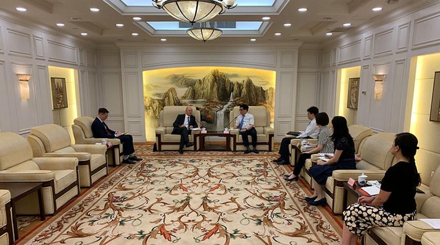 Во время встречи. Фото генерального консульства Республики Беларусь в Шанхае
