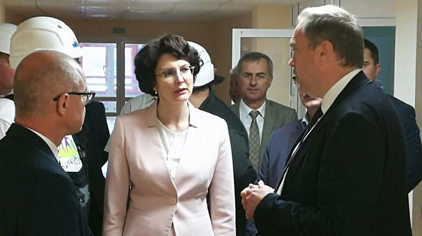 Владимир Караник во время посещения новой больницы в Островце. Фото Министерства здравоохранения