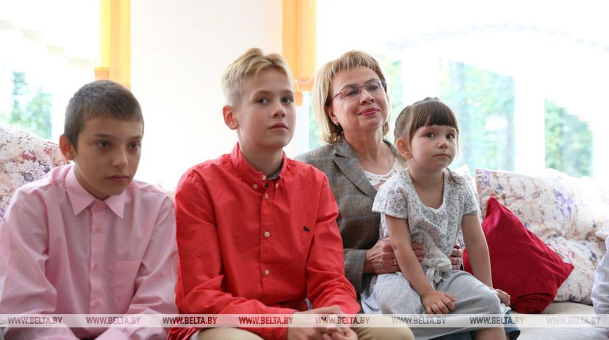 Марианна Щеткина во время посещения приюта