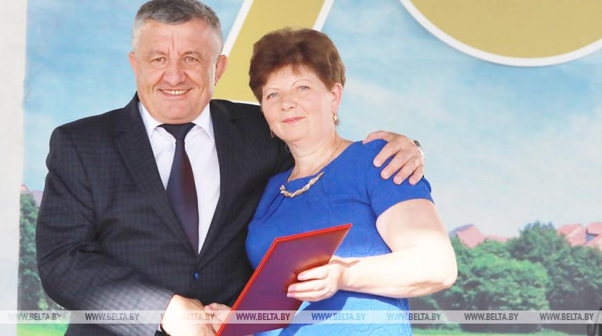 Первый зампредседателя Могилевского облисполкома Василий Акулич и оператор хозяйства Татьяна Чернова во время праздника