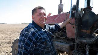 Механизатор Михаил Протасов во время культивации