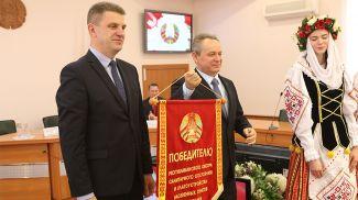Заместитель премьер-министра Владимир Кухареви председатель Гомельского горисполкома Петр Кириченко во время церемонии