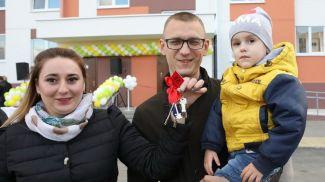 Новоселы Александр и Татьяна Шаранда с сыном Макаром
