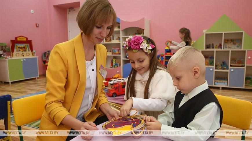 Учитель-дефектолог Александра Качалко с детьми