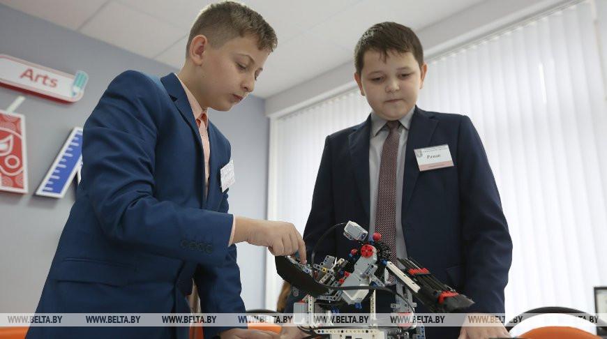 Дмитрий Юрашевич и Роман Ищенко настраивают робота