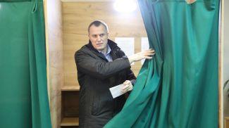 Анатолий Исаченко во время голосования