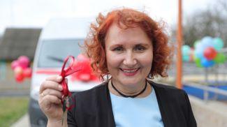 Директор центра Марина Павлович с ключами от нового микроавтобуса