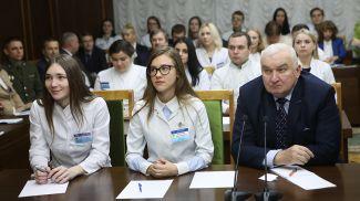 Студенты Гомельского государственного медицинского университета. Справа - ректор университета Анатолий Лызиков