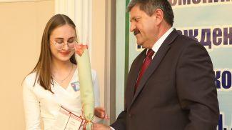 Геннадий Соловей вручает премию Анастасии Батовой