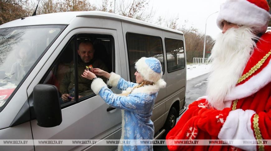 """Дед Мороз поздравил с Новым годом пересекающих границу на """"Варшавском мосту"""""""
