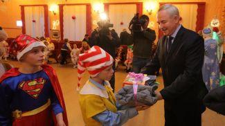 Виктор Шейман дарит подарки детям