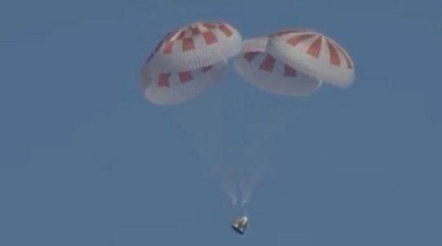 Приближаясь к поверхности Атлантического океана, капсула SpaceX Dragon выпустила парашюты, чтобы смягчить посадку. Фото NASA