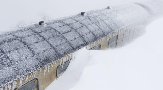 Снегопад парализовал движение поездов на железной дороге в немецком Броккене. Фото DPA/ТАСС
