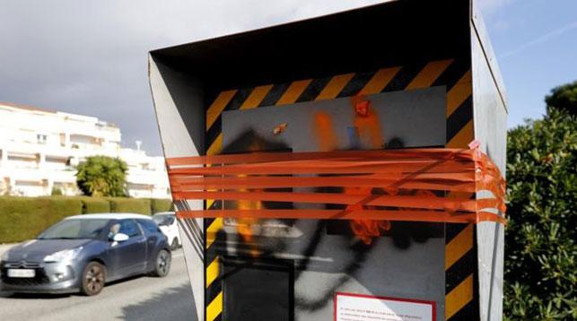 Видеокамера в Ницце, выведенная из строя протестующими. Фото EPA