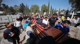 Похороны жертв взрыва и пожара на трубопроводе в районе Тлауэлильпан, Мексика. Фото Getty Images