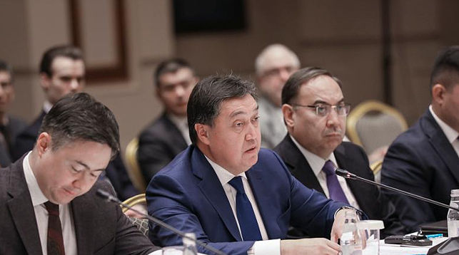 Аскар Мамин (в центре). Фото из архива КАЗИНФОРМ
