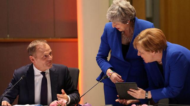 Дональд Туск, Тэреза Мэй и Ангела Меркель во время заседания в Брюсселе. Фото   Reuters
