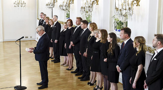 Новый премьер-министр Антти Ринне читает приветствие в президентском дворце. Фото Yle