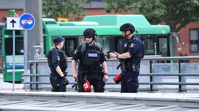 Шведские полицейские на вокзале в Мальме. Фото   EPA/UPG