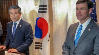 Министр обороны США Марк Эспер на совместной пресс-конференции с главой оборонного ведомства Южной Кореи Чон Ген Ду. Фото   AP