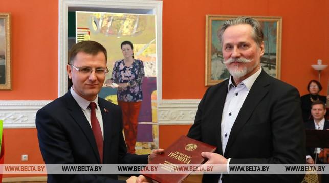 Заместитель председателя Могилевского облисполкома Андрей Кунцевич вручает грамоту Могилевского облисполкома художнику Виктору Альшевскому