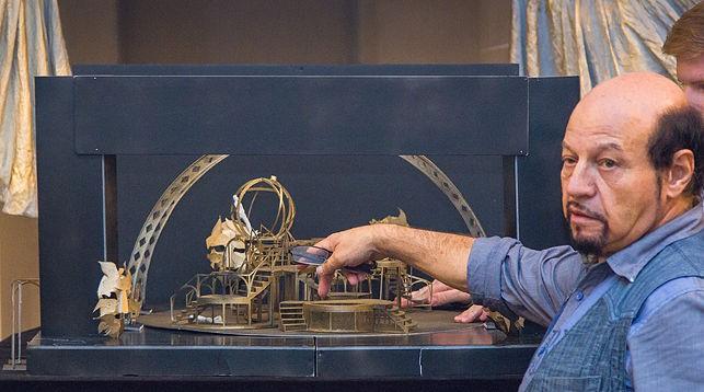 Миклош Габор Кереньи показывает макет декораций. Фото Национального академического Большого театра оперы и балета Беларуси