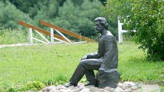 Памятник Илье Репину в Здравнево
