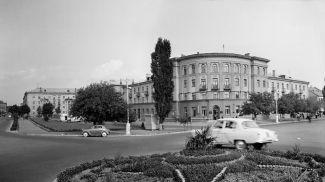 """Гостиница """"Буг"""" и новые жилые дома на улице Орджоникидзе в Бресте, сентябрь 1961 г."""