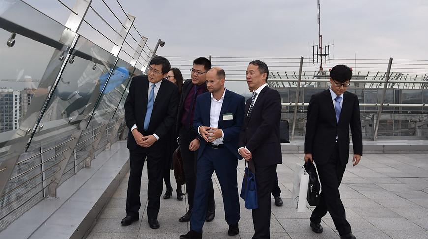 Во время экскурсии китайской делегации по Национальной библиотеке Беларуси. Фото Национальной библиотеки Беларуси